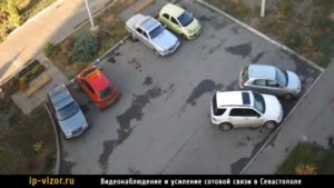 Камера видеонаблюдения установлена на парковке возле дома