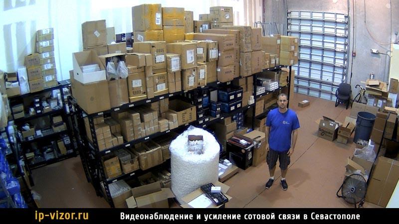 Камера видеонаблюдения в складском помещении