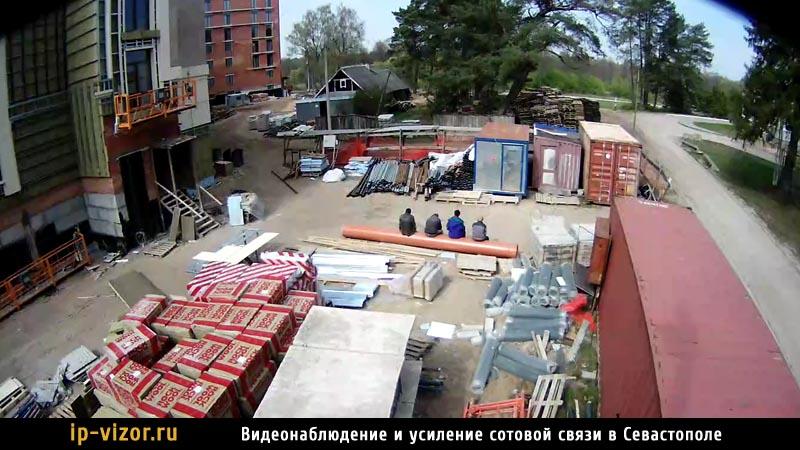Камера видеонаблюдения установлена на строительной площадке