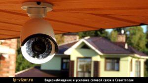 Камера видеонаблюдения установлена на улице