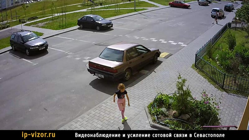Камера видеонаблюденя установлена возле дома
